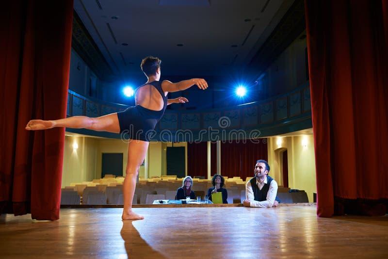 Vrouw die voor auditie met jury in theater dansen royalty-vrije stock foto