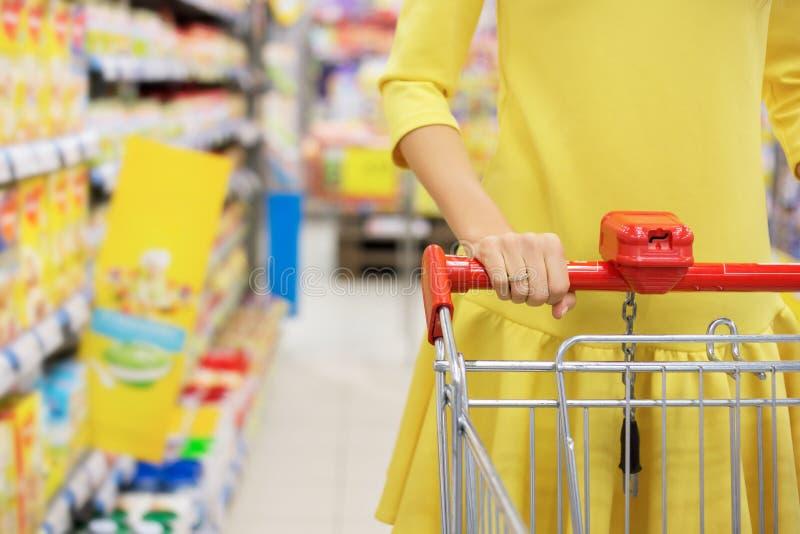 Vrouw die voor babyvoedsel winkelen stock foto