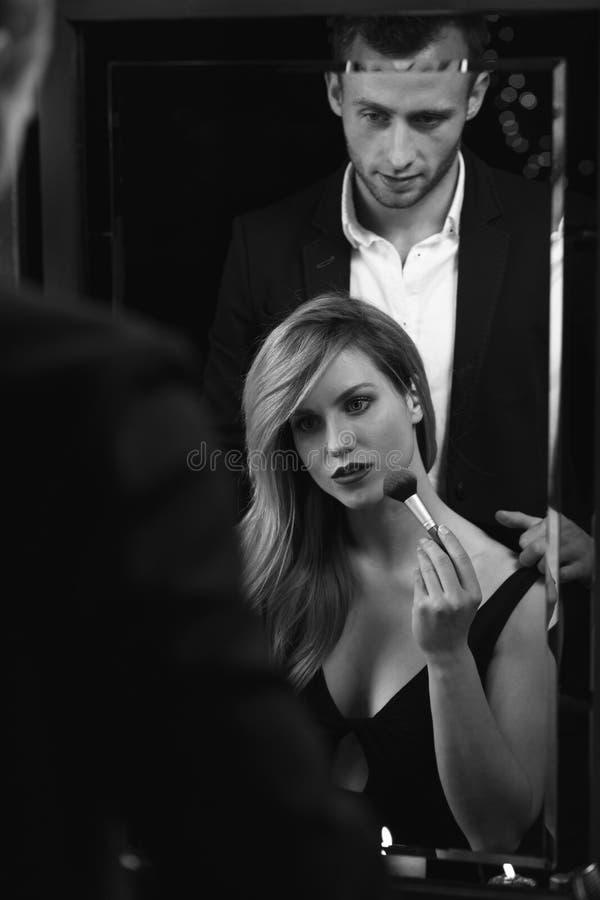 Vrouw die voor belangrijke datum voorbereidingen treffen stock afbeelding