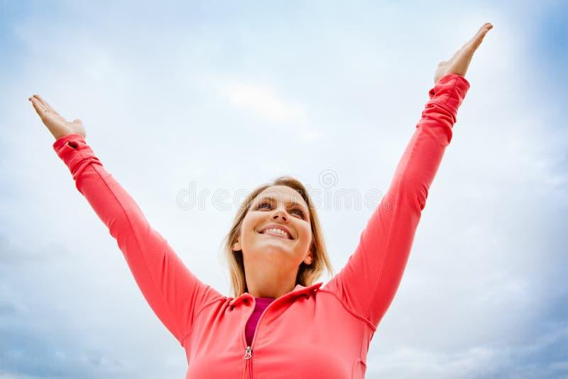 Vrouw die voor de hemel bereikt royalty-vrije stock foto's