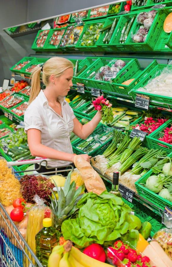 Vrouw die voor fruit winkelt stock foto