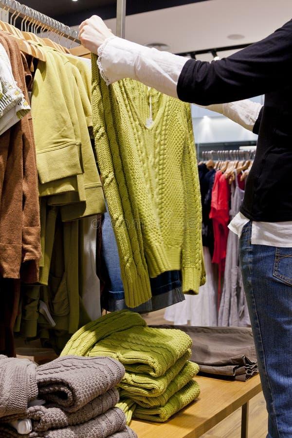 Vrouw die voor kleren winkelen royalty-vrije stock foto