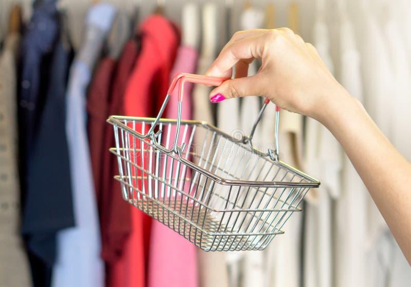 Vrouw die voor kleren winkelt royalty-vrije stock foto's