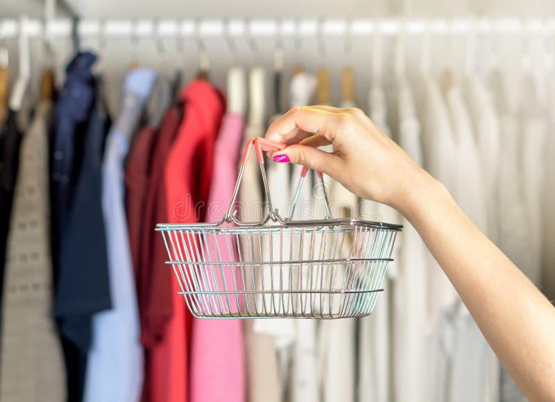 Vrouw die voor kleren winkelt royalty-vrije stock fotografie
