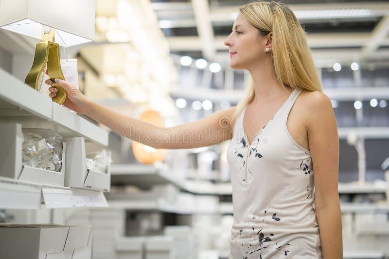 Vrouw die voor meubilair in een meubilairopslag winkelen royalty-vrije stock afbeelding
