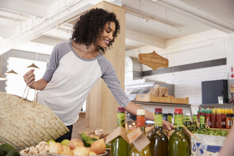 Vrouw die voor Organische Opbrengst in Delicatessen winkelen royalty-vrije stock fotografie