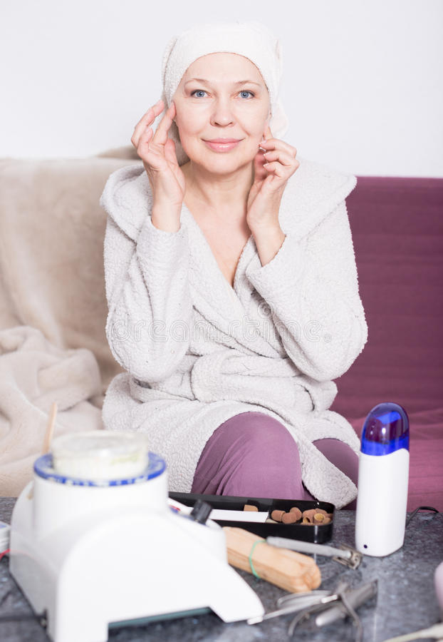 Vrouw die voor schoonheidsprocedures voorbereidingen treffen stock afbeeldingen