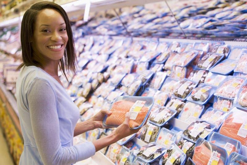 Vrouw die voor vissen winkelt stock afbeeldingen