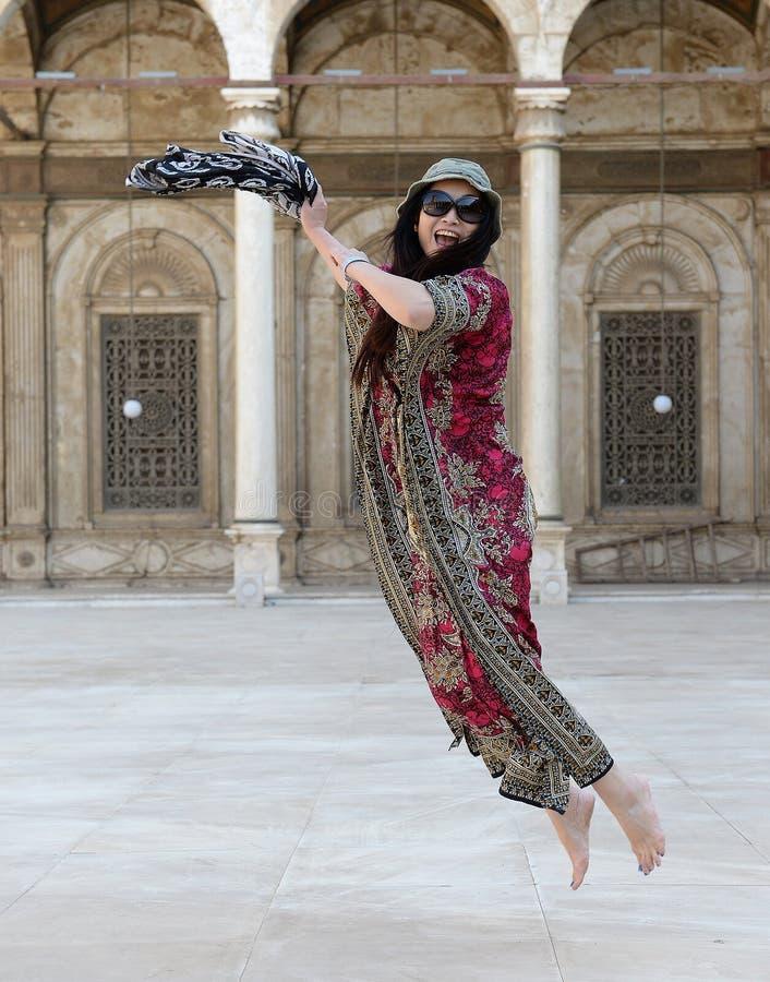 Vrouw die voor vreugde springt royalty-vrije stock fotografie