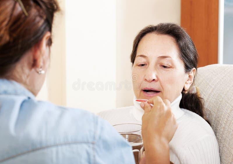 Vrouw die voor ziekte hogere moeder geven stock foto's