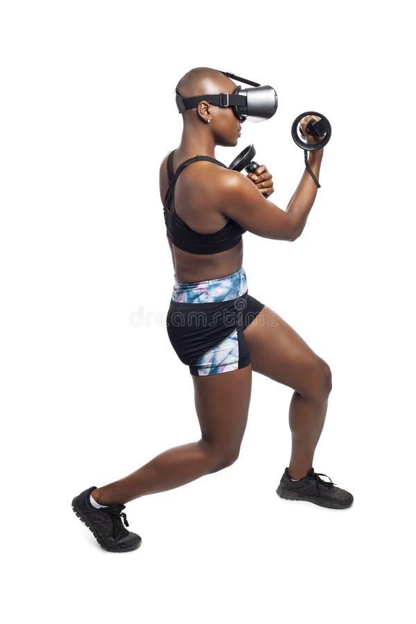Vrouw die VR-het In dozen doen op een Virtuele Werkelijkheidshoofdtelefoon en Controlemechanismen doen royalty-vrije stock foto