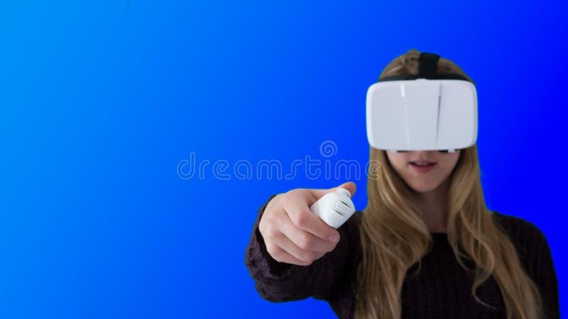 Vrouw die VR-hoofdtelefoon met behulp van royalty-vrije stock fotografie