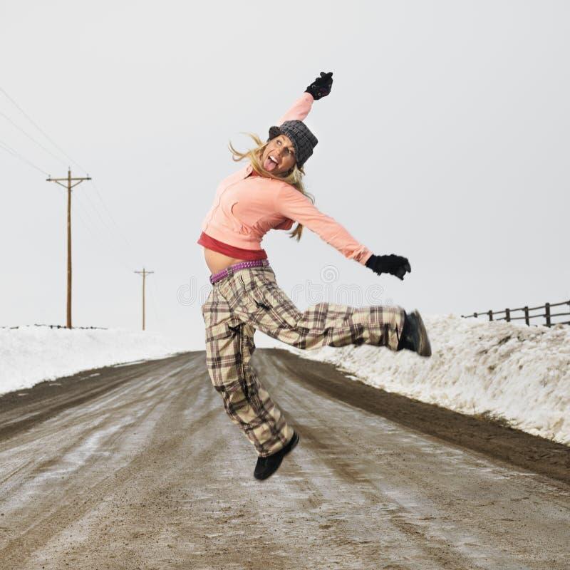 Vrouw die vreugdevol springt. royalty-vrije stock foto