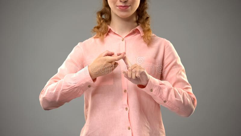 Vrouw die vriend in gebarentaal zeggen, die woorden in aslles tonen, mededeling royalty-vrije stock afbeeldingen