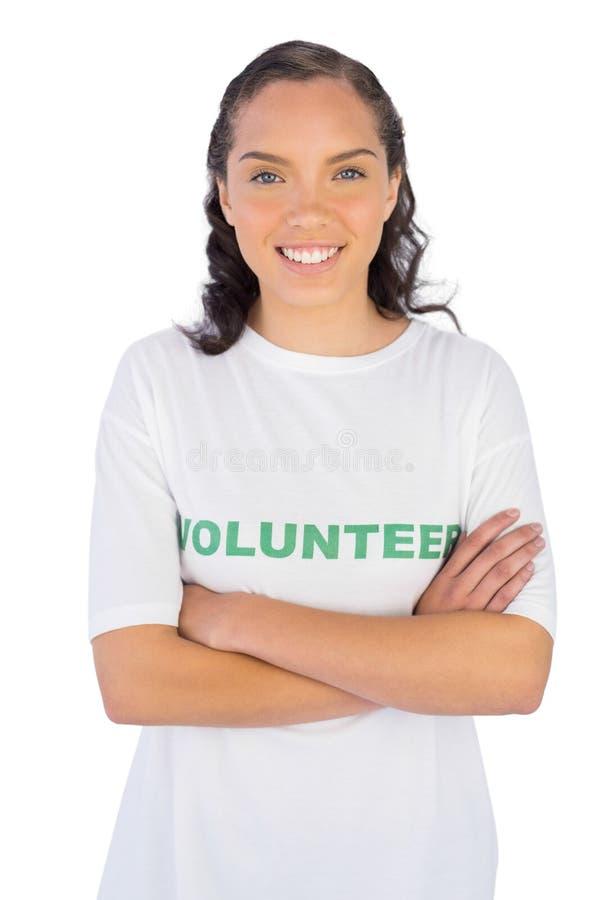 Vrouw die vrijwilligerst-shirt met gekruiste wapens dragen stock afbeeldingen