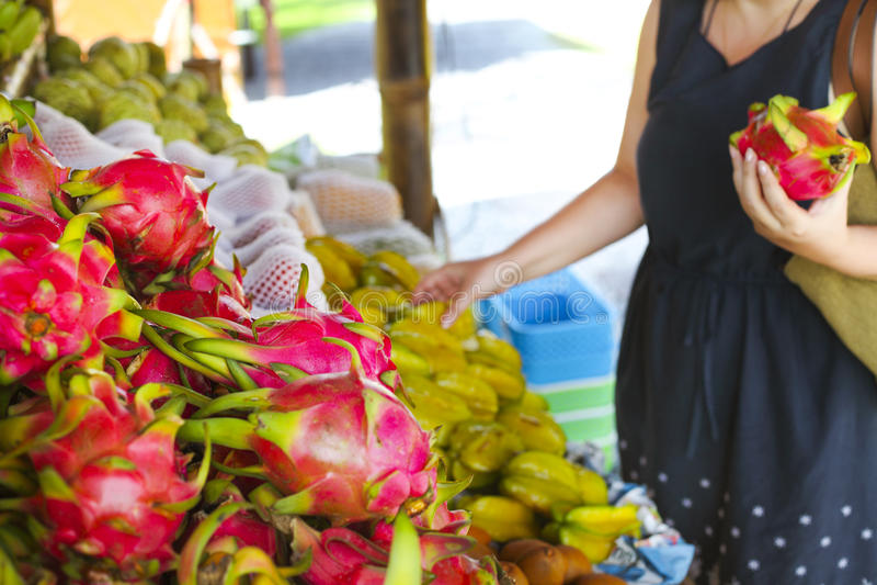 Vrouw die vruchten in de openluchtfruitmarkt kiezen royalty-vrije stock afbeeldingen