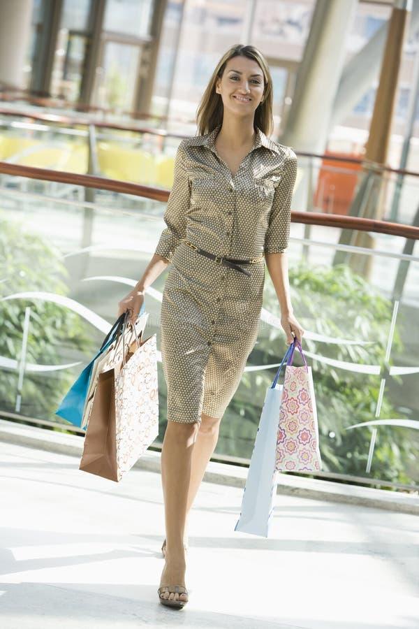 Vrouw die in wandelgalerij winkelt stock afbeeldingen