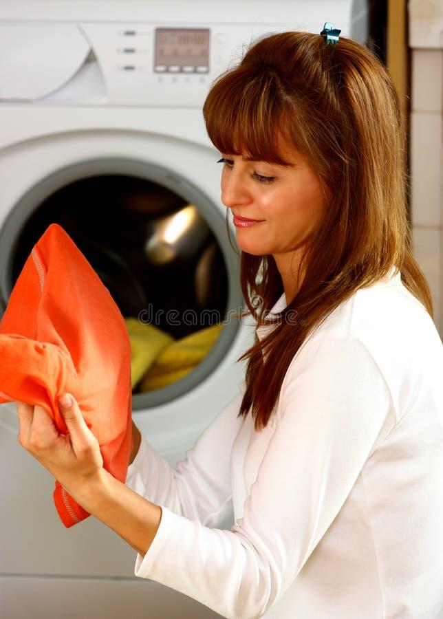 Vrouw die wasserij doet stock afbeelding