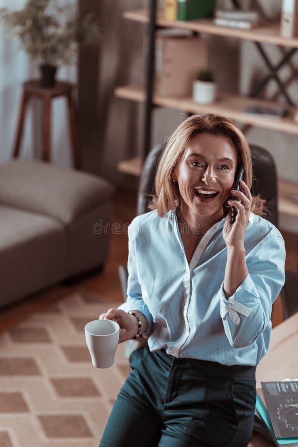 Vrouw die wat koffie drinken en haar echtgenoot roepen royalty-vrije stock foto's