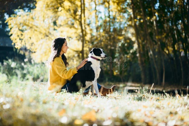 Vrouw die weekend van vrije tijd met haar hond in de herfst genieten stock fotografie