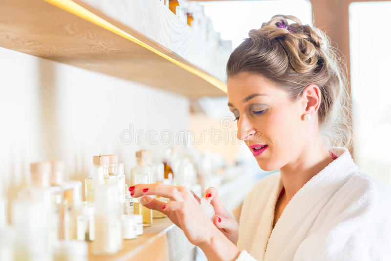 Vrouw die wellness spa producten kiezen royalty-vrije stock afbeelding