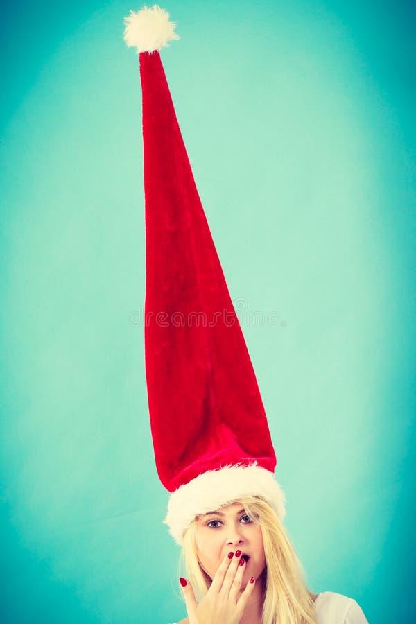 Vrouw die windblown gekke santahoed dragen stock fotografie