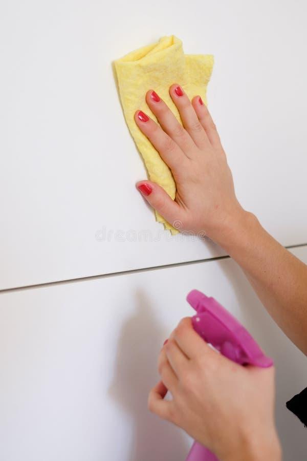 Vrouw die witte oppervlakte in de keuken thuis schoonmaken royalty-vrije stock fotografie
