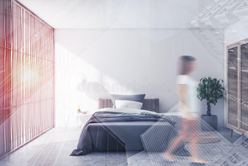 Vrouw die in witte slaapkamer met zonneblinden lopen royalty-vrije stock foto's