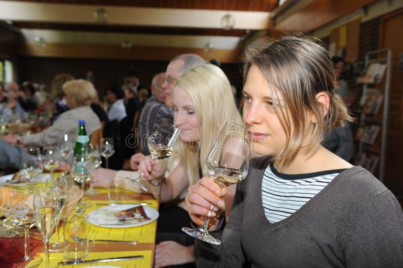 Vrouw die witte wijn proeft stock afbeelding