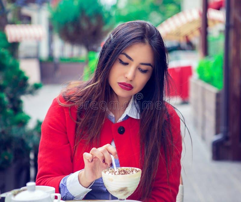 Vrouw die woestijn in een Frans restaurant eten stock foto