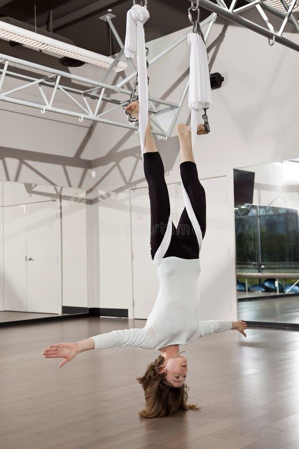 Vrouw die Yoga Ariel doet royalty-vrije stock afbeeldingen