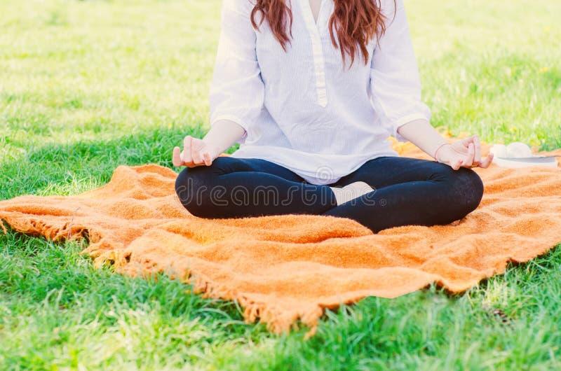 Vrouw die yoga doen royalty-vrije stock afbeelding