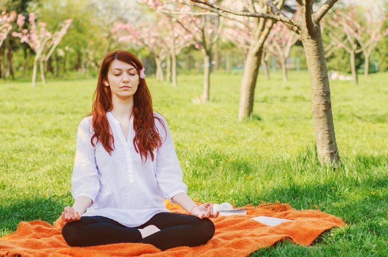 Vrouw die yoga doen royalty-vrije stock foto