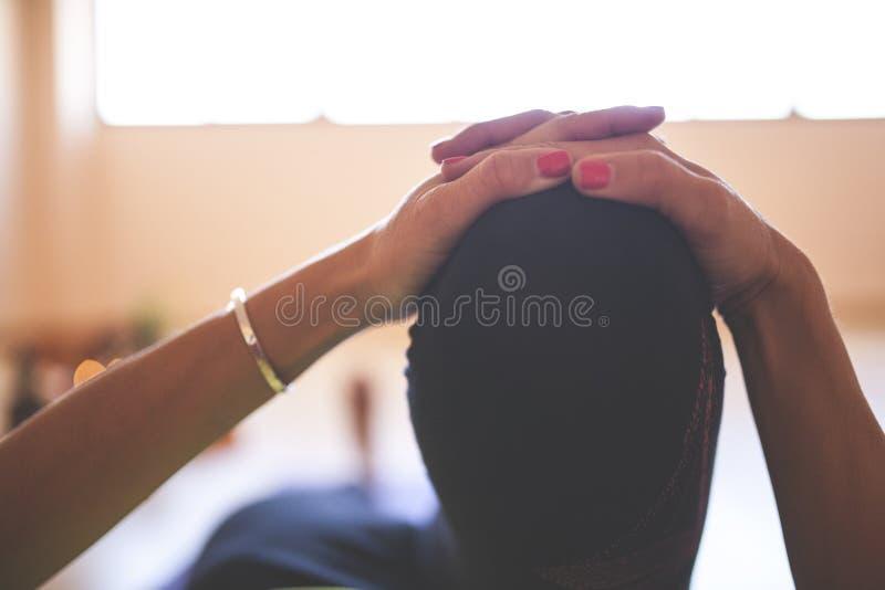 Vrouw die yoga doen bij houten vloer royalty-vrije stock afbeeldingen
