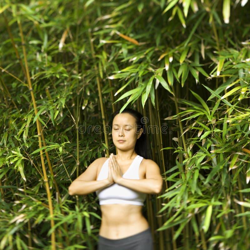Vrouw die yoga doet. stock afbeeldingen