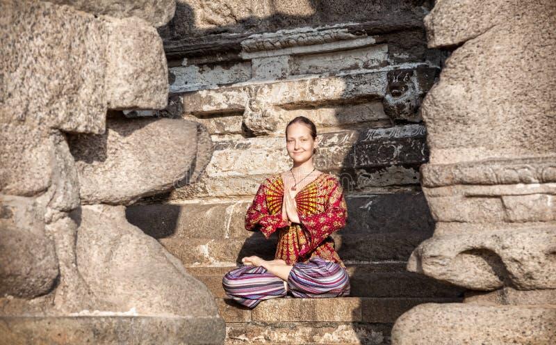Vrouw die yoga in India doen stock foto's