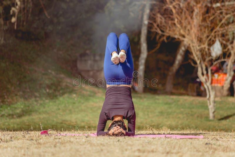 Vrouw die yoga op de kust van een meer doen royalty-vrije stock afbeeldingen