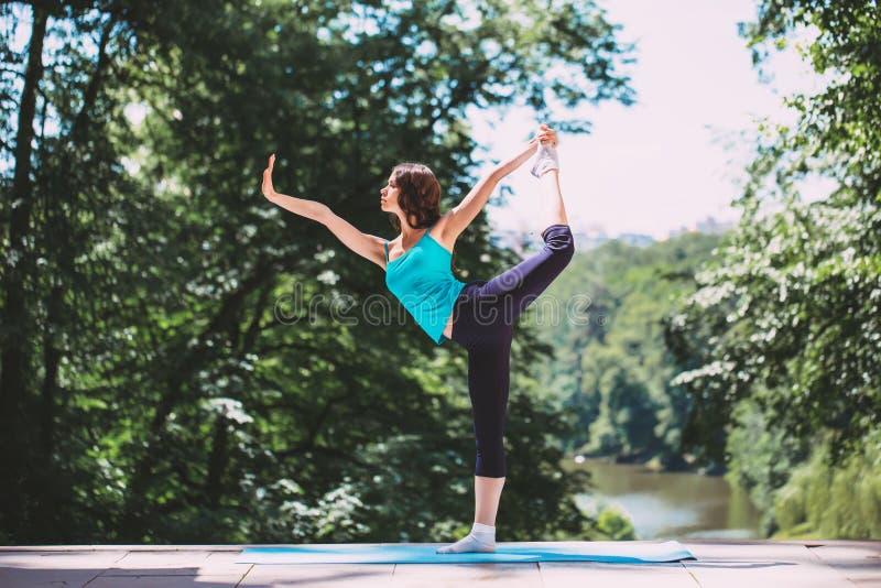 Vrouw die yoga in openlucht doet stock foto's
