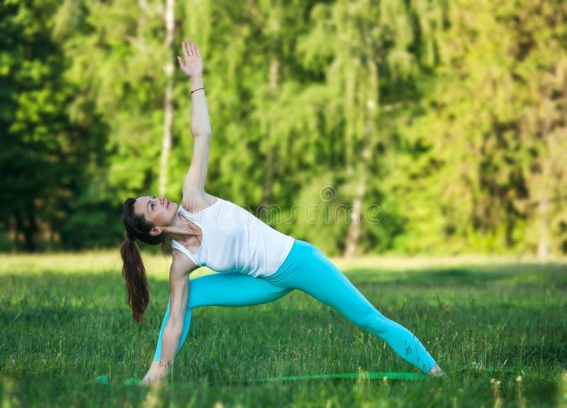 Vrouw die yogameditatie doet stock afbeelding