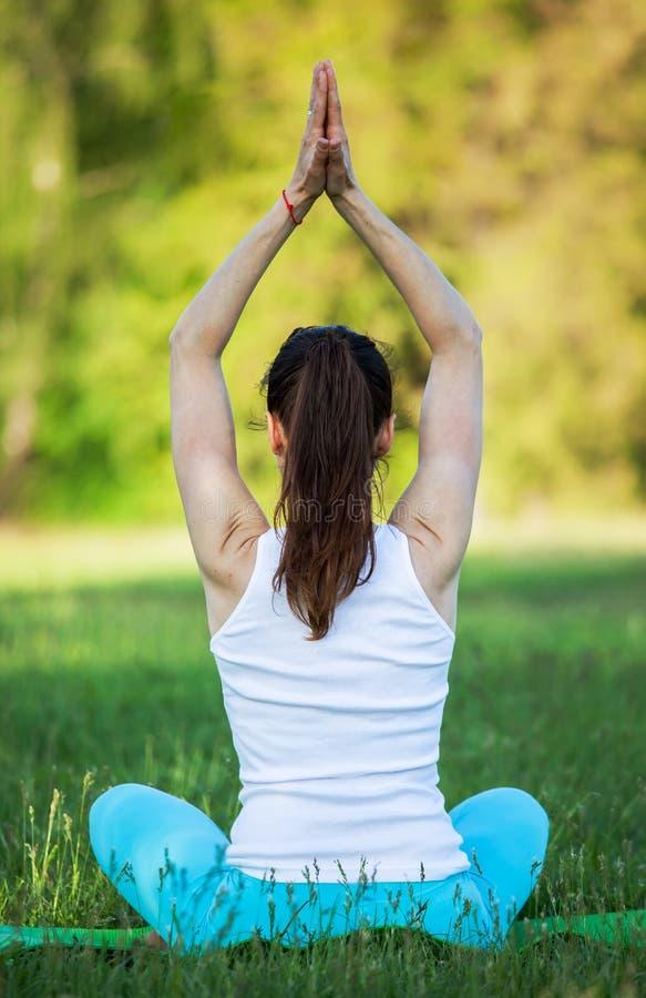 Vrouw die yogameditatie doet stock fotografie