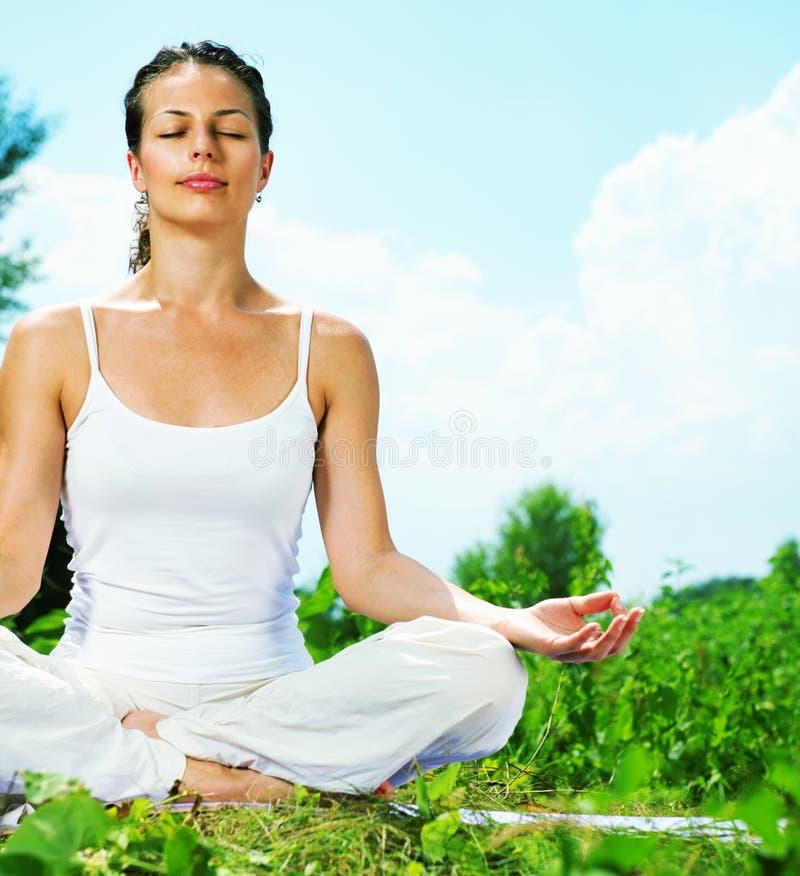 Vrouw die yogaoefening doen royalty-vrije stock afbeeldingen