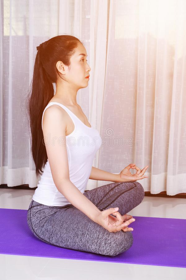 Vrouw die die yogaoefening doen op witte achtergrond wordt geïsoleerd royalty-vrije stock afbeeldingen