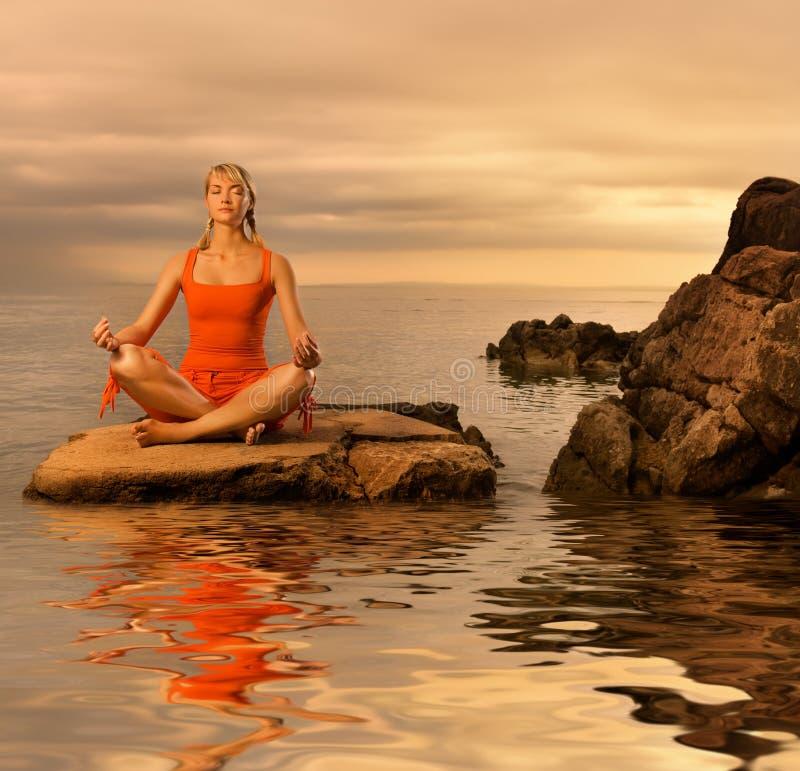 Vrouw die yogaoefening doet stock afbeelding