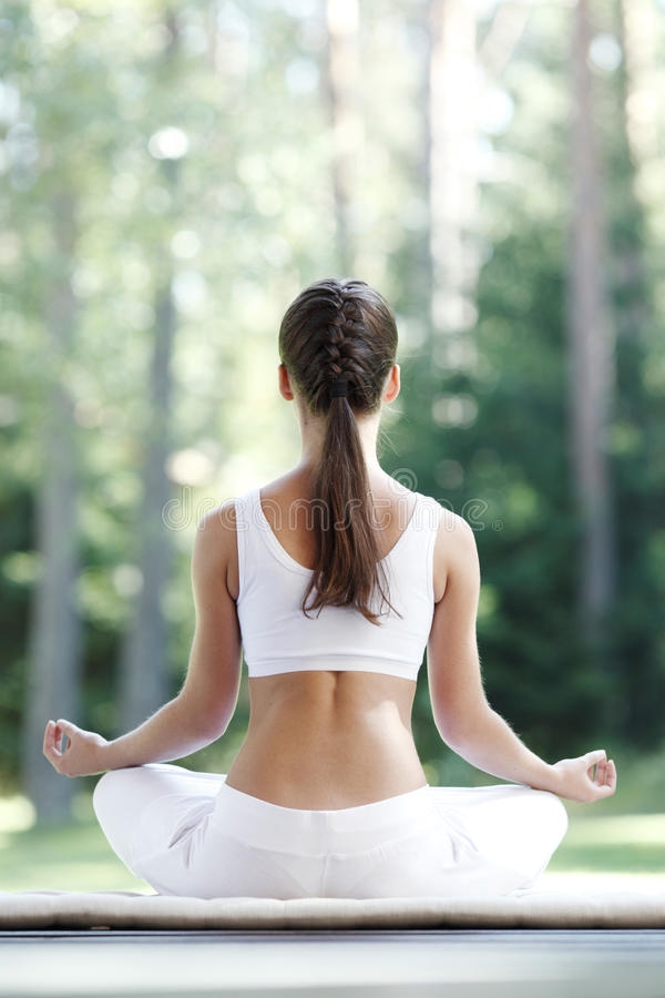 Vrouw die yogaoefening doet royalty-vrije stock fotografie