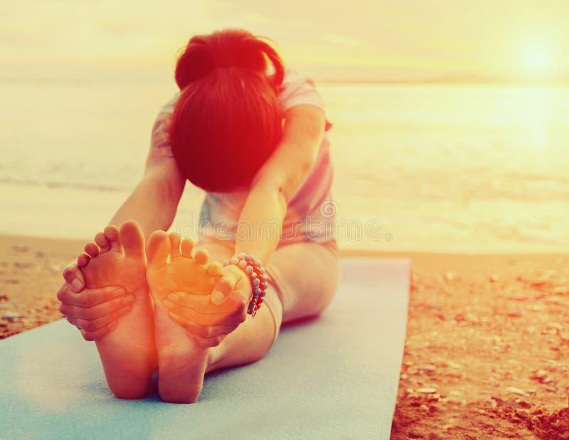 vrouw die yogaoefening op strand doet royalty-vrije stock foto
