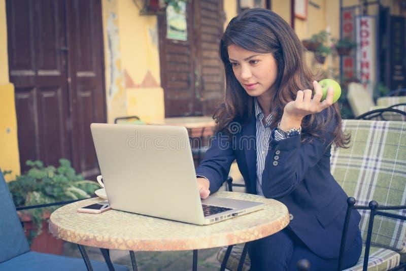 Vrouw die, zaken buiten werken stock afbeelding
