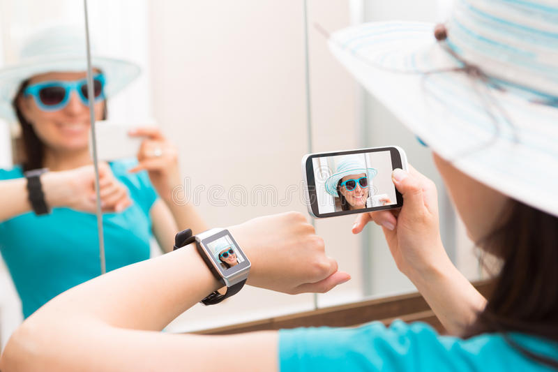 Vrouw die zelfportret selfie foto nemen Smartwatchconcept royalty-vrije stock fotografie