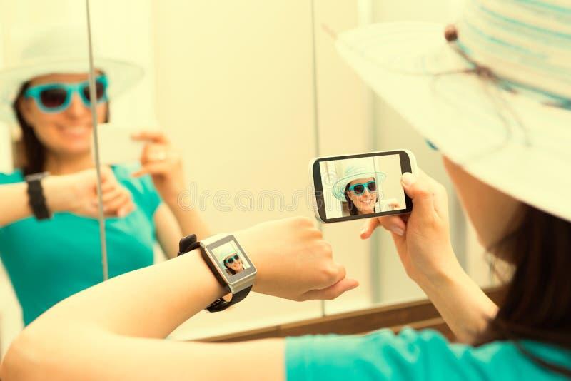 Vrouw die zelfportret selfie foto nemen Smartwatchconcept stock afbeelding