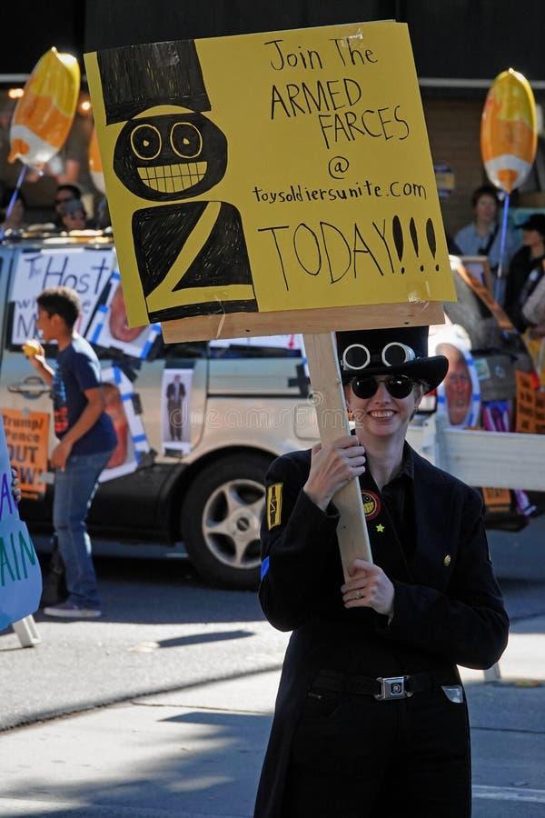 Vrouw die zich aansluit bij de wapenstilstand in Pasadena Doo Dah Parade stock afbeeldingen