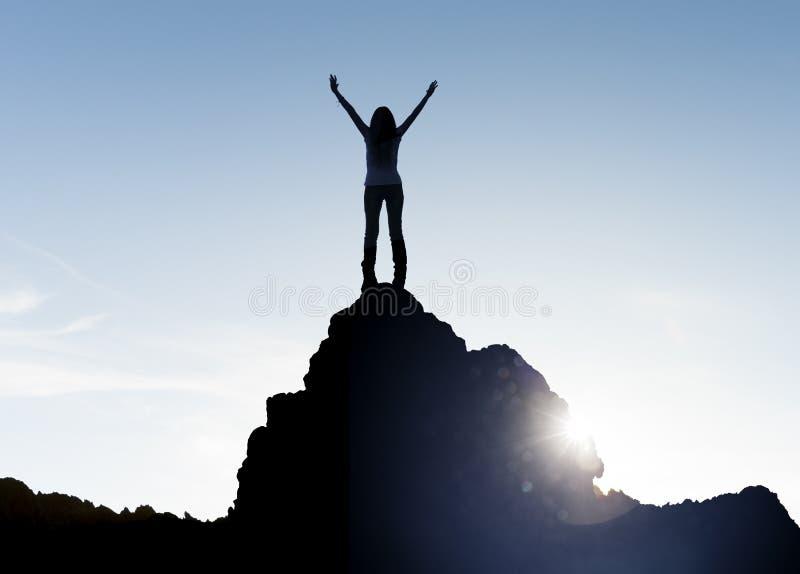 Vrouw die zich bij een top bevinden stock fotografie